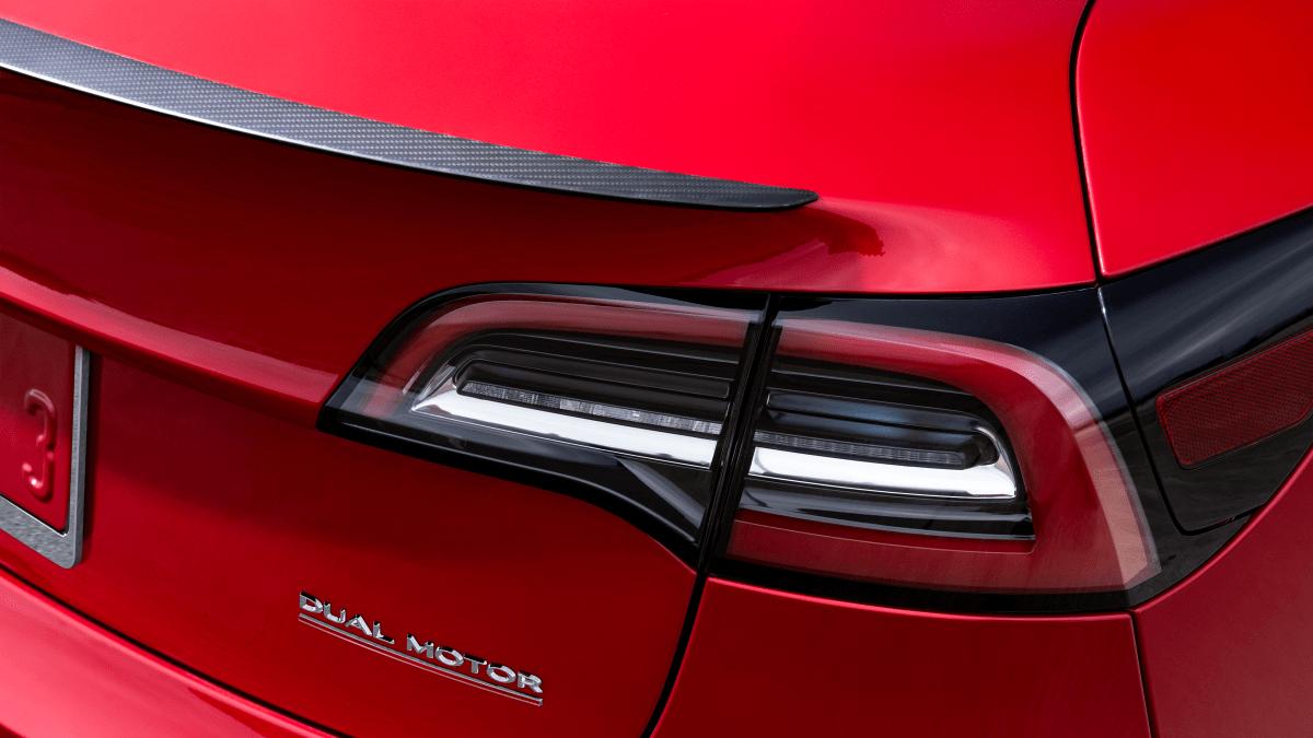 Rücklicht eines roten Tesla Model 3