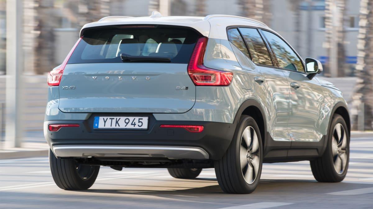 Grauer Volvo XC40 2018 t faehrt durch Stadt