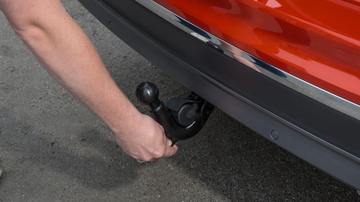 Anhaengerkupplung eines roten VW Tiguanä