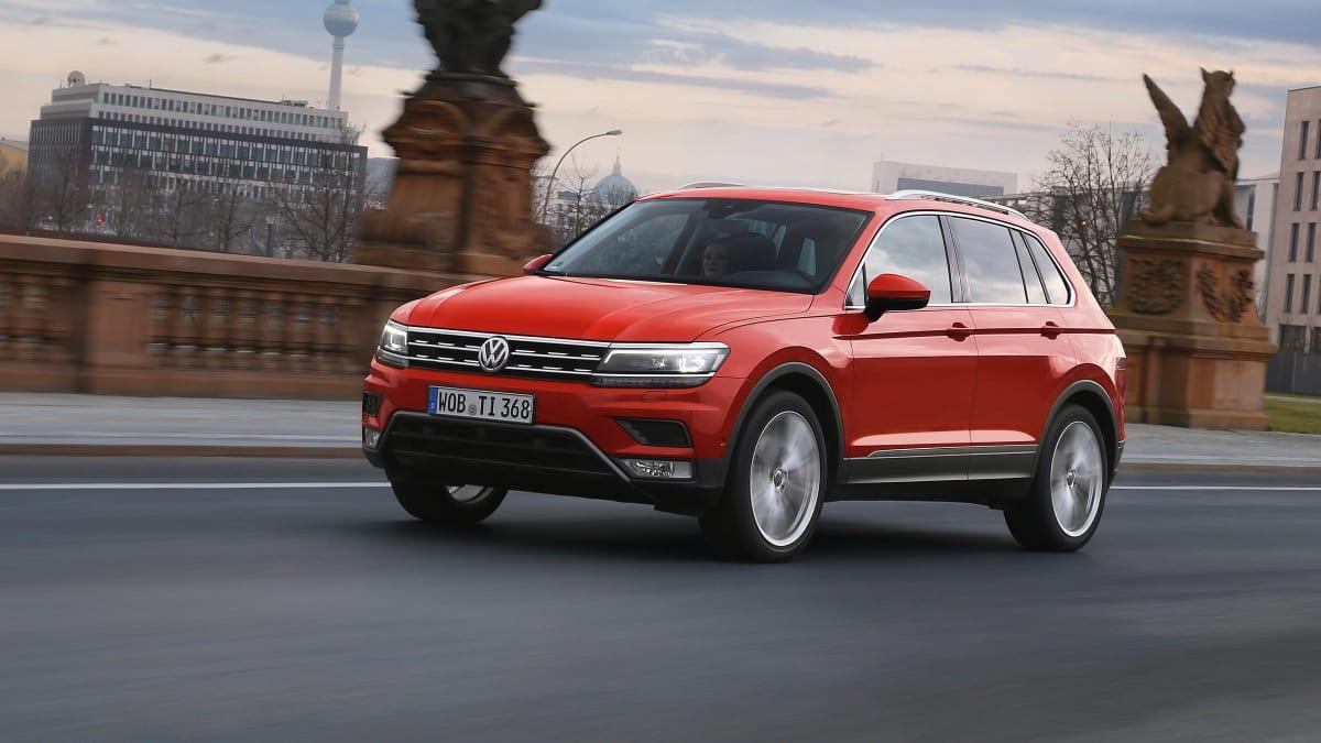 roter VW Tiguan fahrend Seitenansicht
