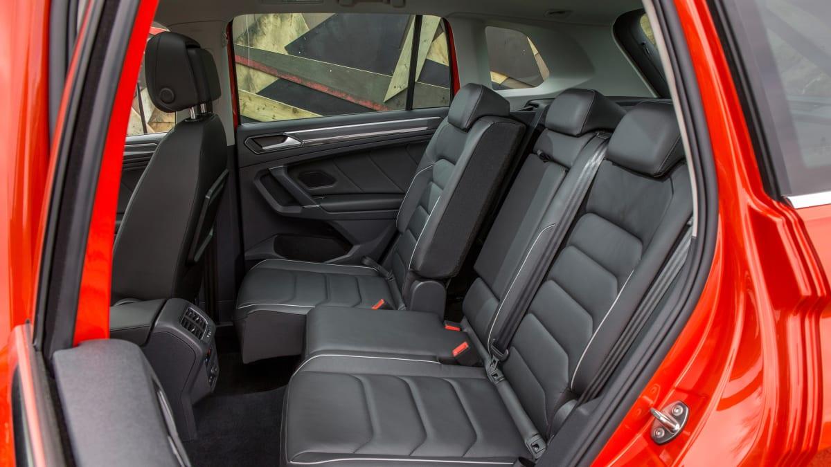 Rueckbank eines roten VW Tiguan