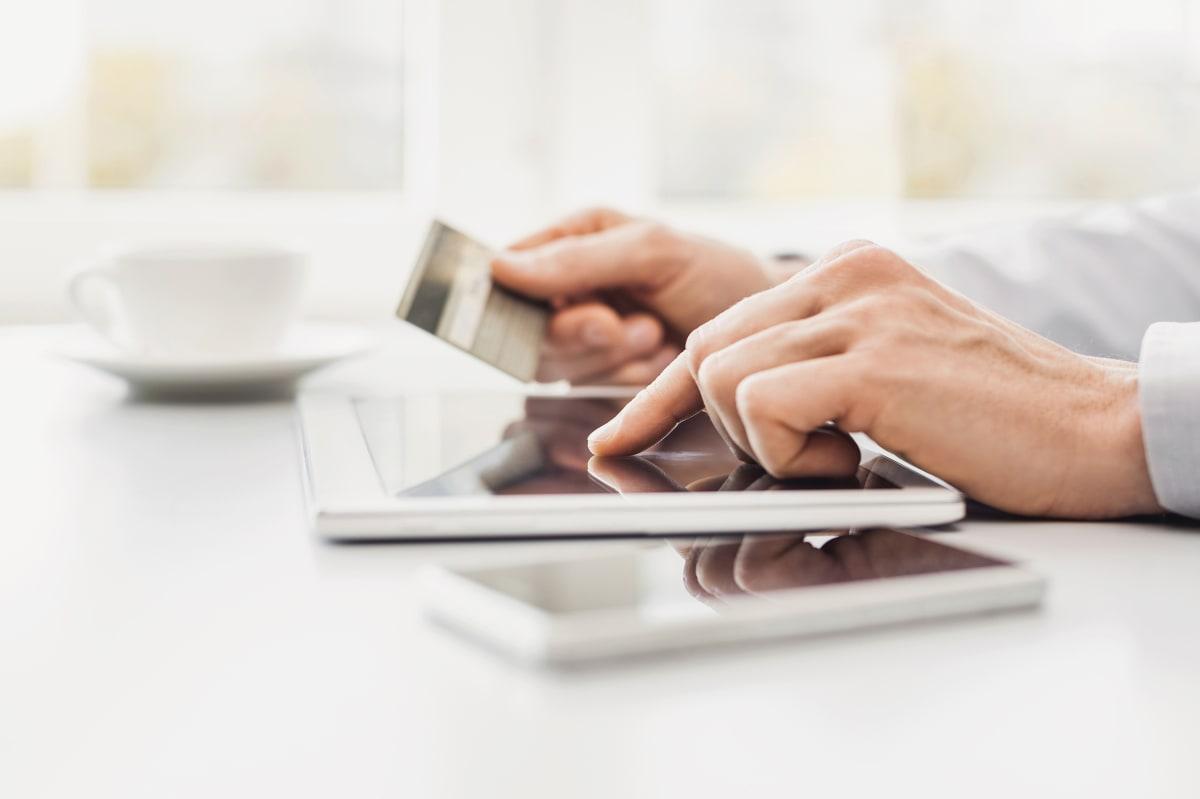 Online-Kauf wird mit Kreditkarte bezahlt