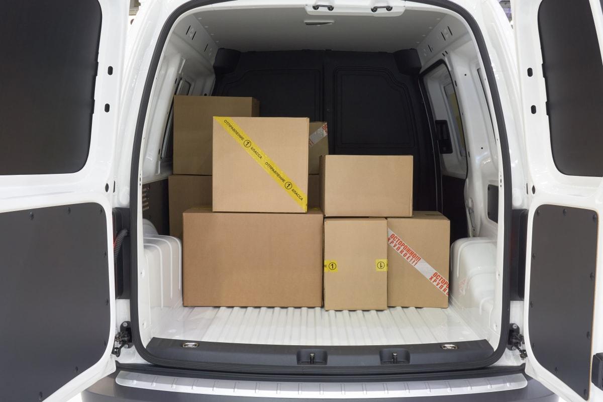 Kartons im Lieferwagen