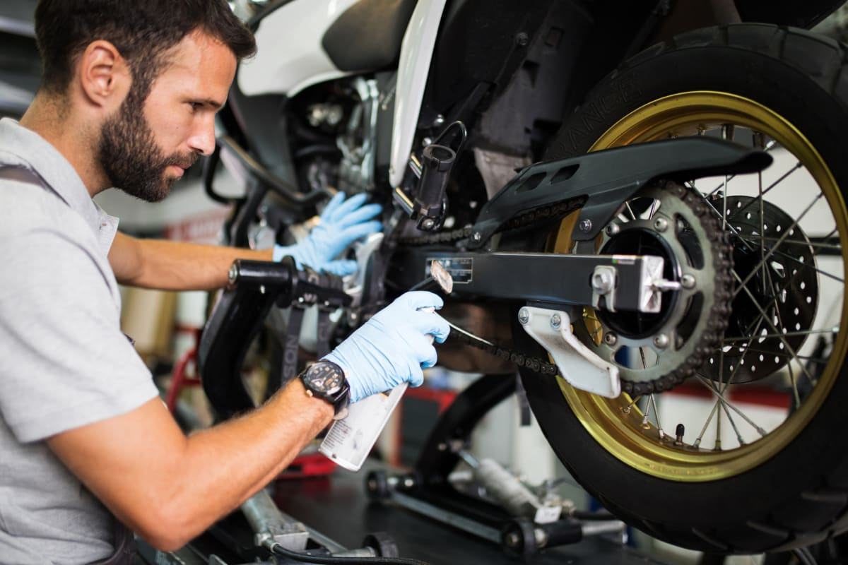 Mann prüft sein Motorrad