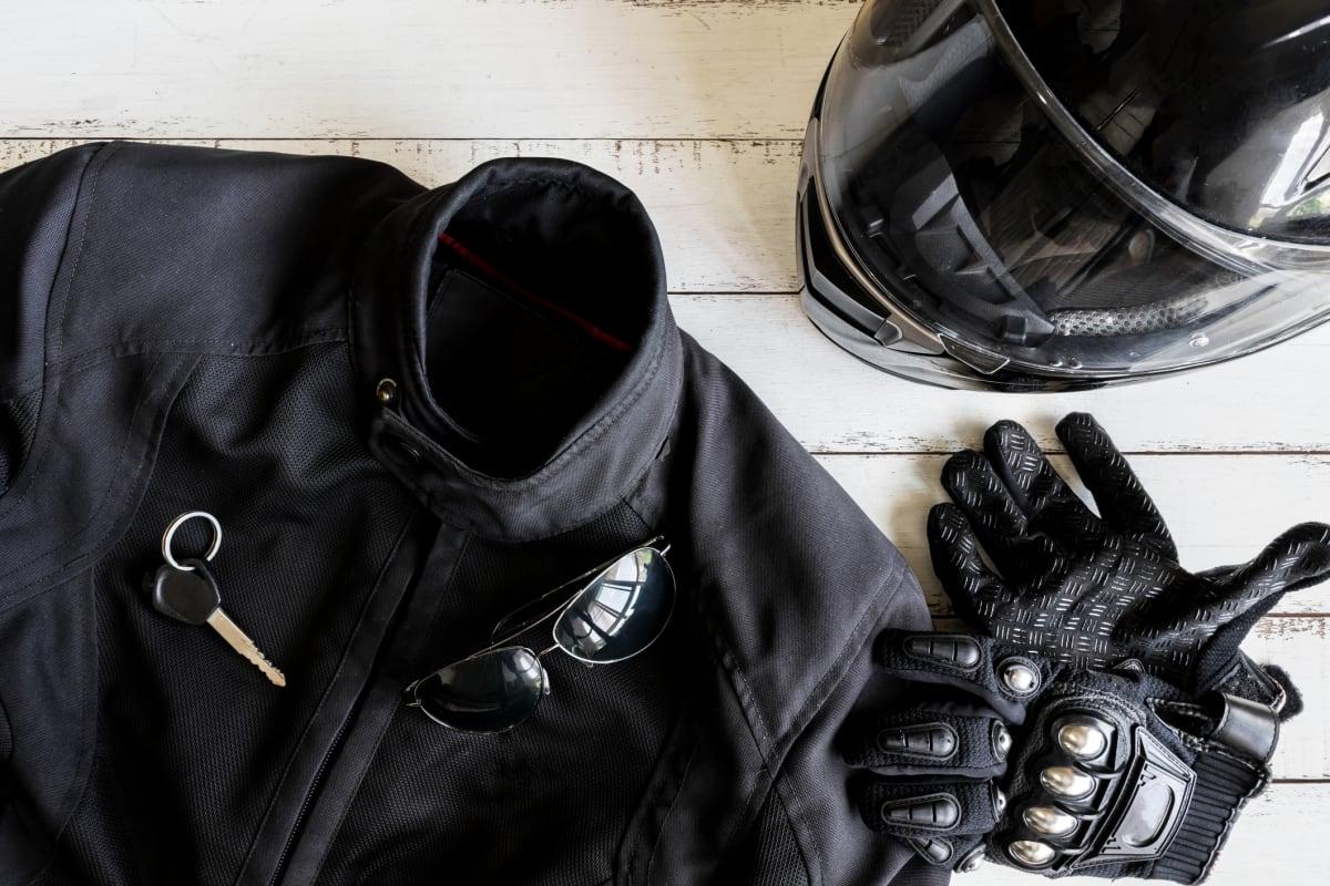 schwarze Schutzbekleidung für Motoradfahrer