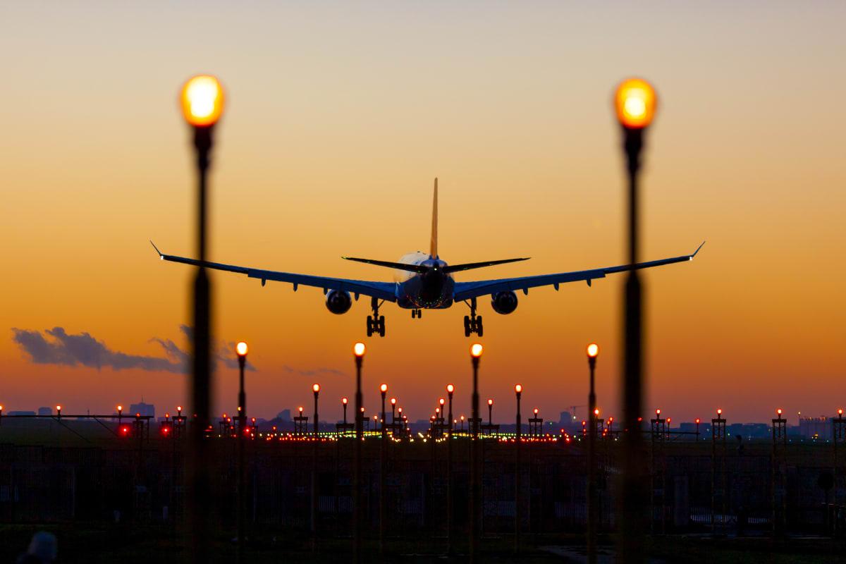 Kurzstrecker FLieger im Abendlicht am Flughafen Brüssel