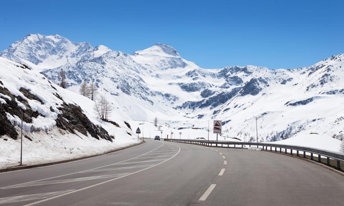 Straße vor Winterlandschaft