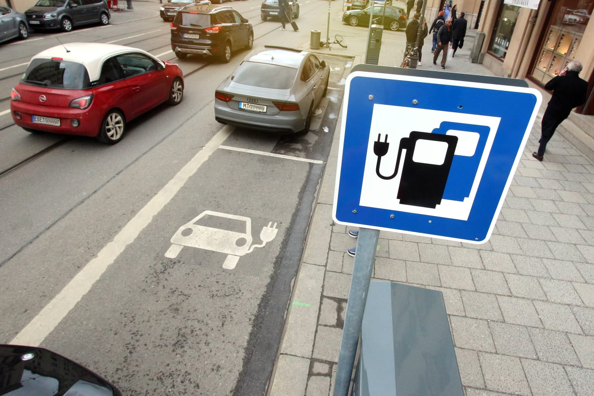 Verkehrsschild einer Strom Ladestation am Straßenrand in München