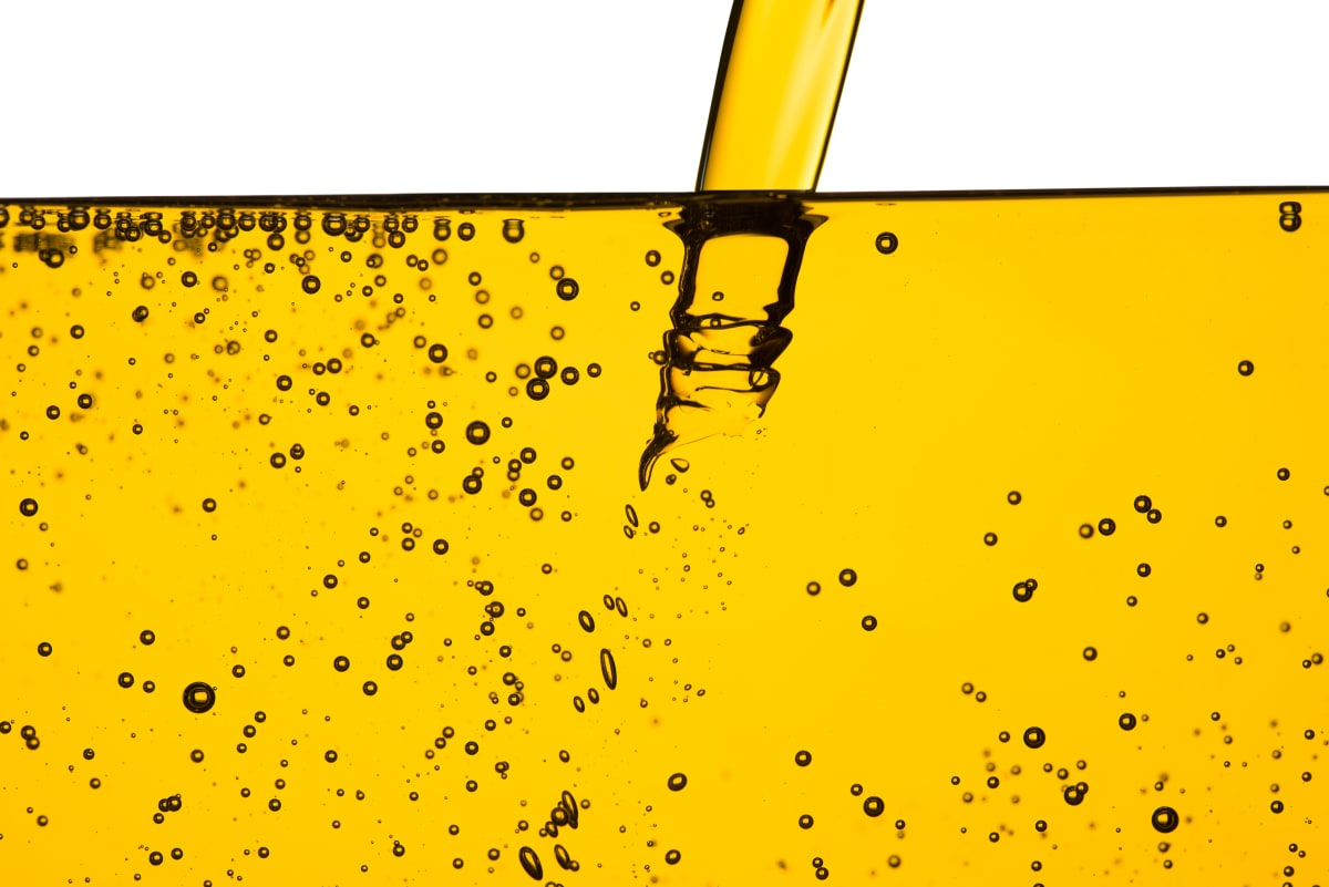 Öl fließt in einen Behälter