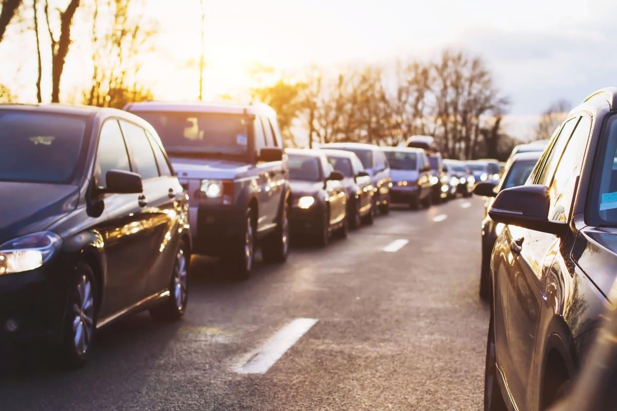 Viele Autos stehen im Stau zur kalten Jahreszeit