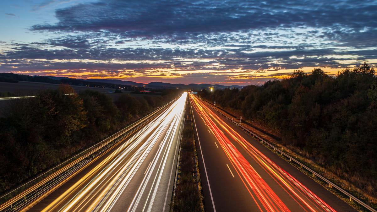 Nächtlicher Verkehr auf einer deutschen Autobahn