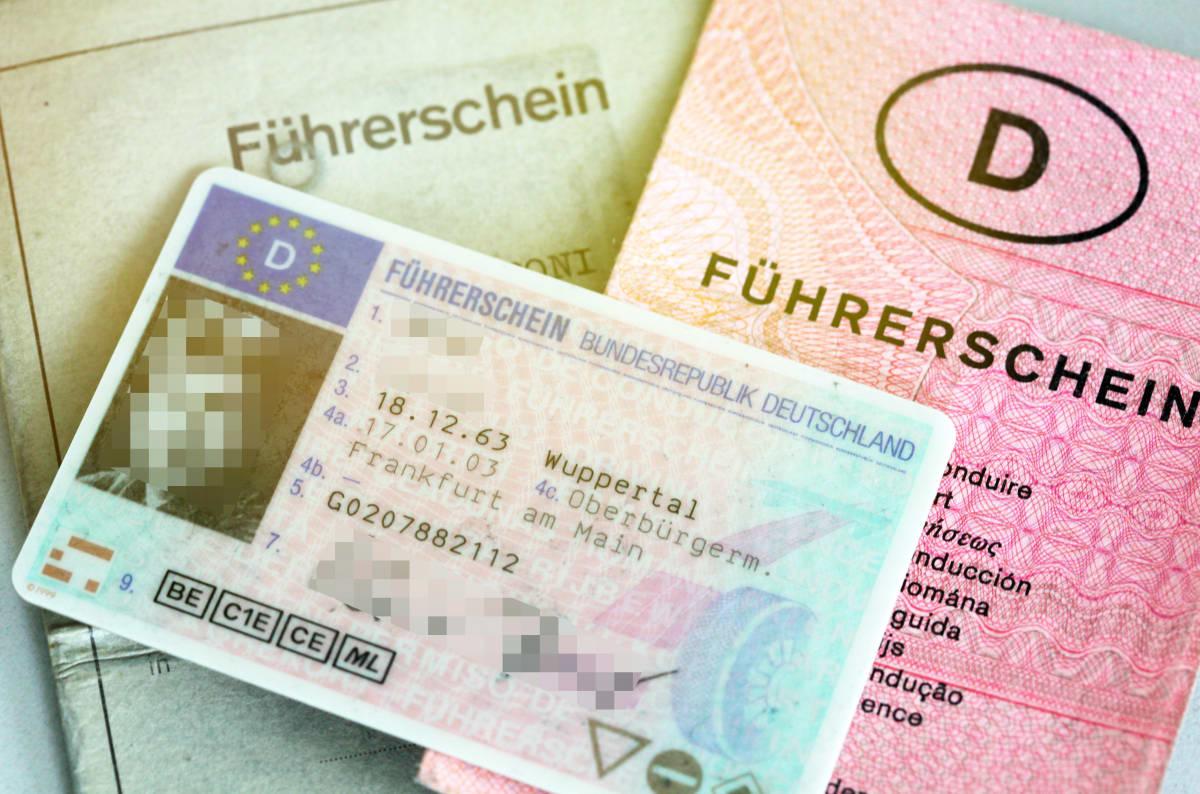Führerschein in Papierform und als Karte