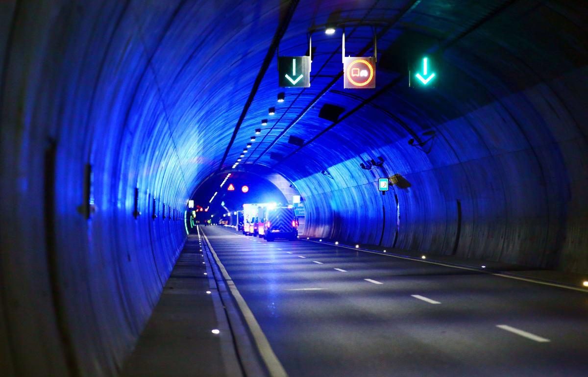 Feuerwehrübung in einem Straßentunnel