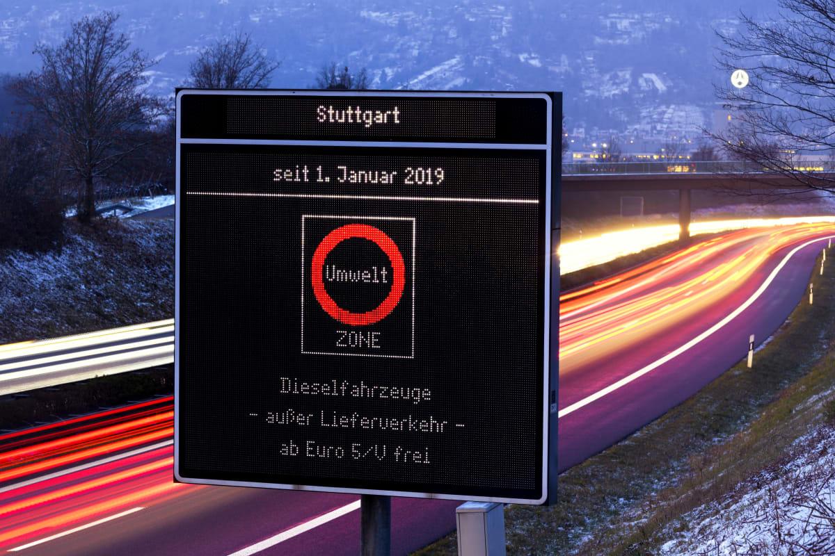 Leuchtendes Schild zu Dieselfahrverbot in Stuttgart an Winterabend