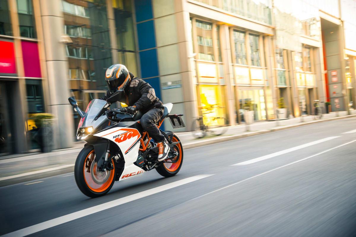 Motorrad KTM fährt in der Stadt