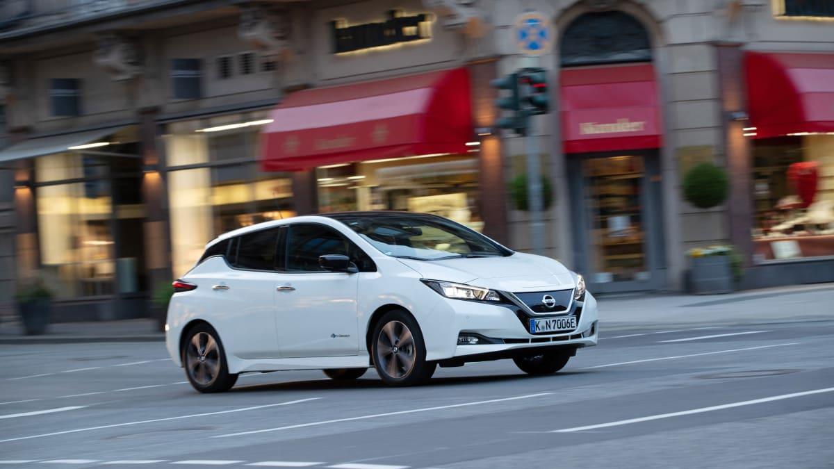 weisser Nissan Leaf fährt auf Strasse