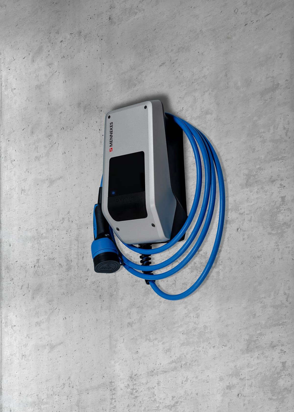 Wallbox von der Firma Mennekes hängt an einer Betonwand