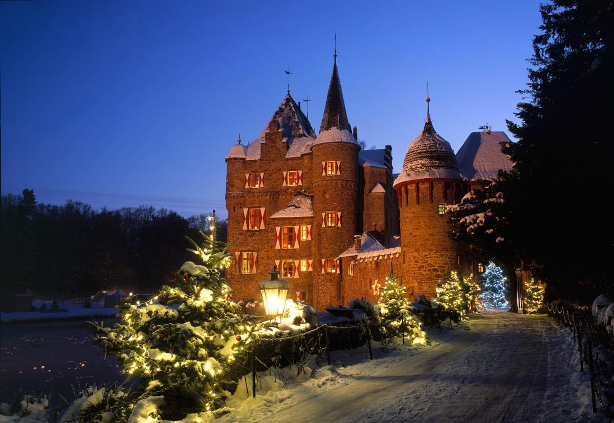 Festlich beleuchtete Burg Satzvey zur Adventszeit
