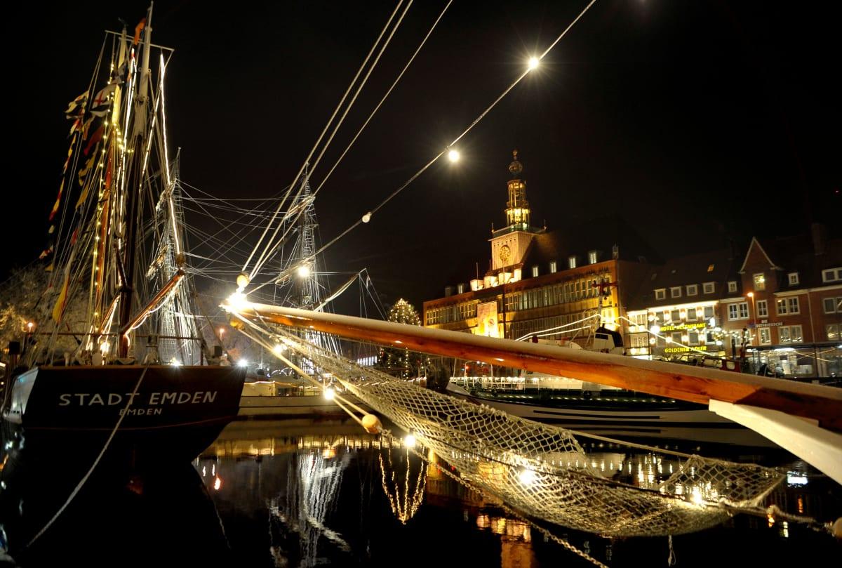 Hafenansicht von Emden in der Adventszeit