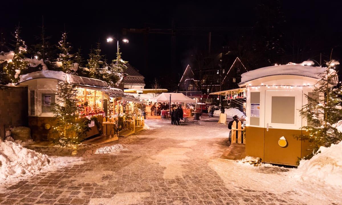 Markt-Waggons nachts beim Rittner Christbahnl in Oberbozen