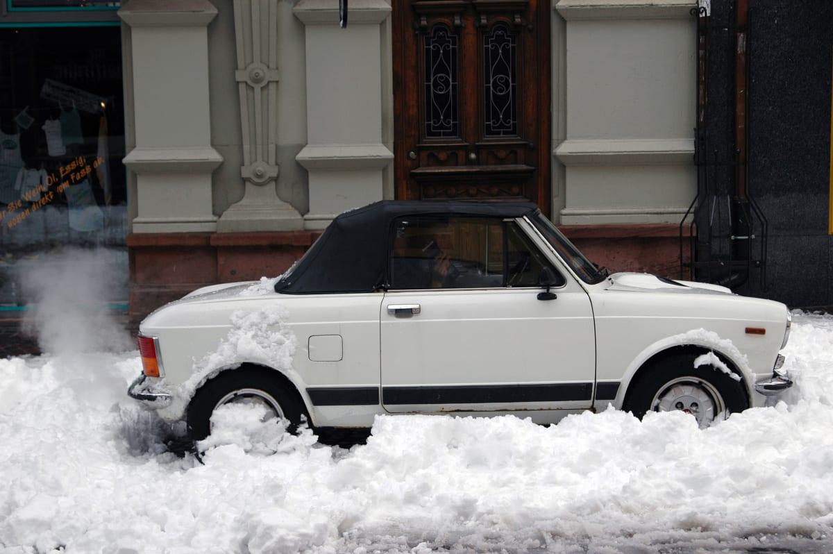 Cabrio parkt mitten in einem Schneehaufen