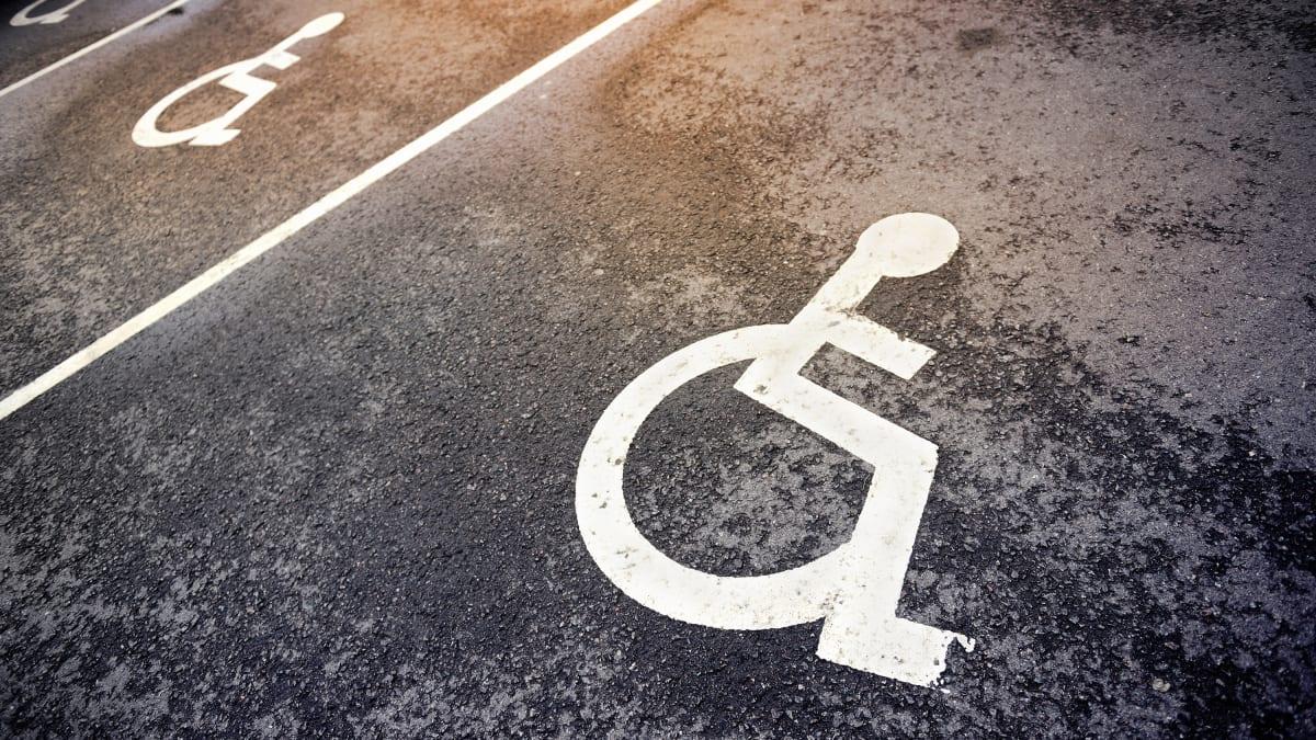 Leerer Behindertenparkplatz