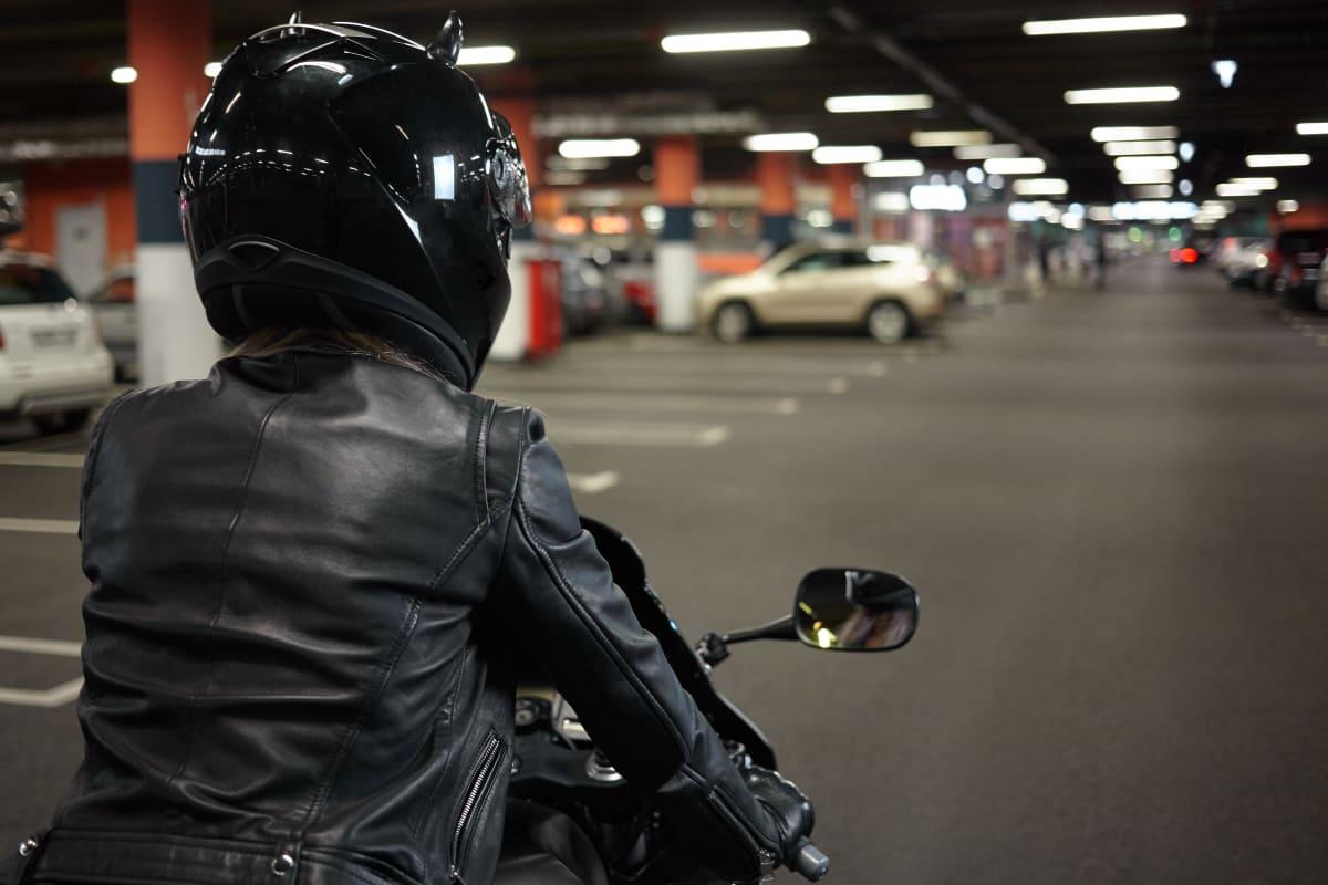 Motorradfahrer sucht Parkplatz in Tiefgarage