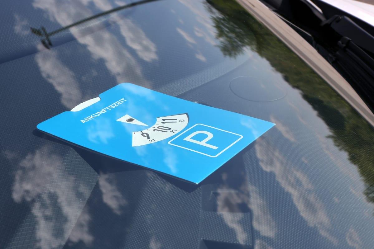 Parkscheibe liegt in Auto