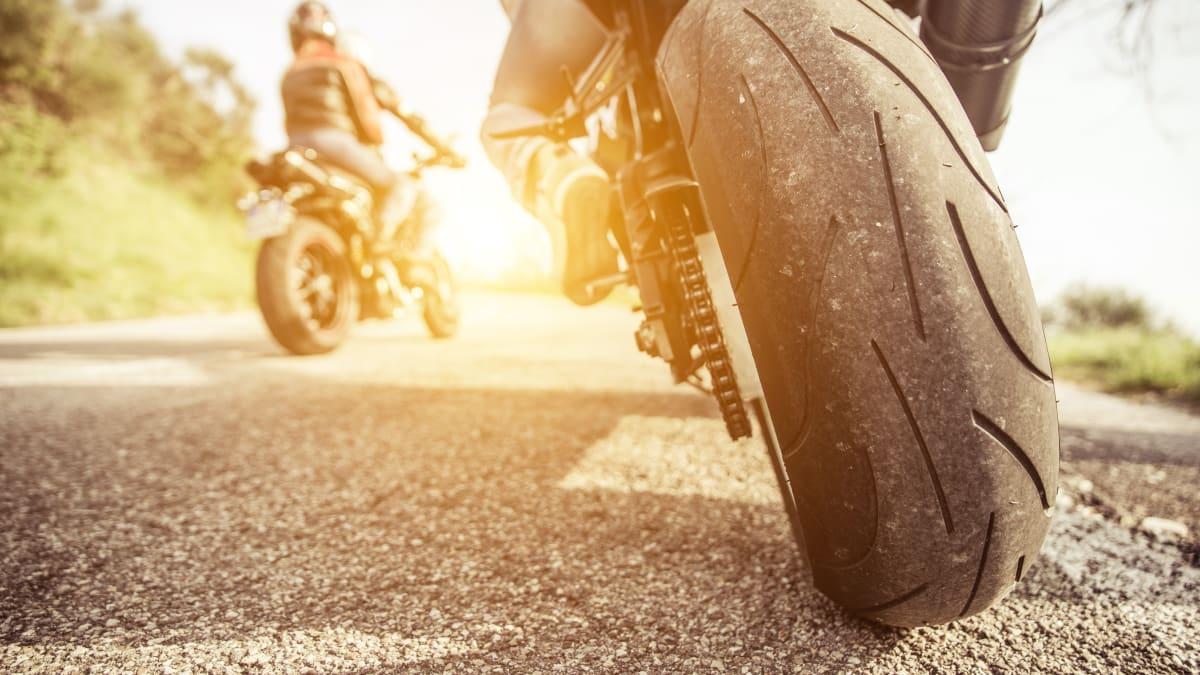 Zwei Motoradfahrer fahren auf einer Strasse