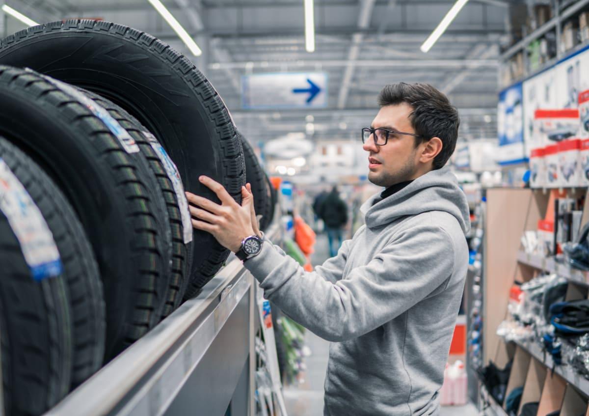 Kunde betrachtet Reifen