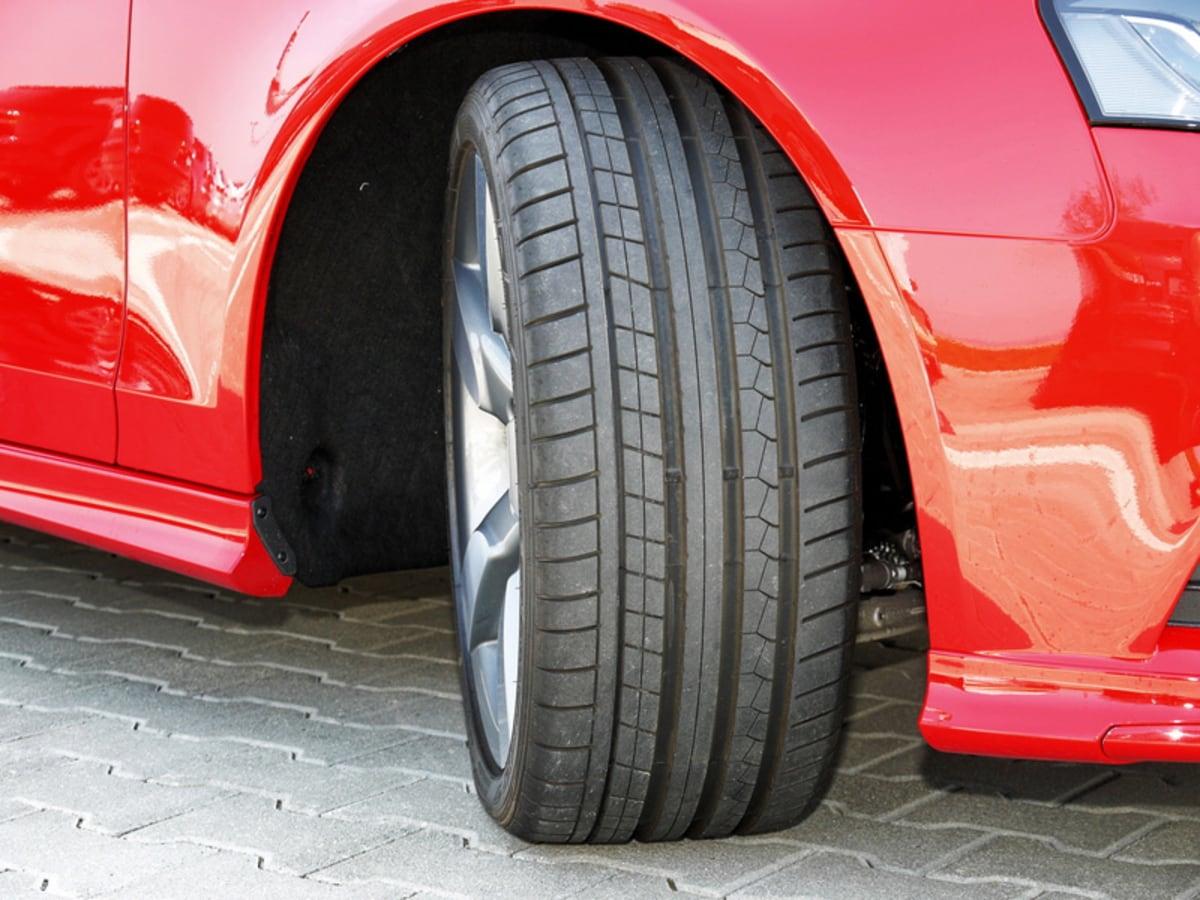 Vorderreifen eines roten Autos