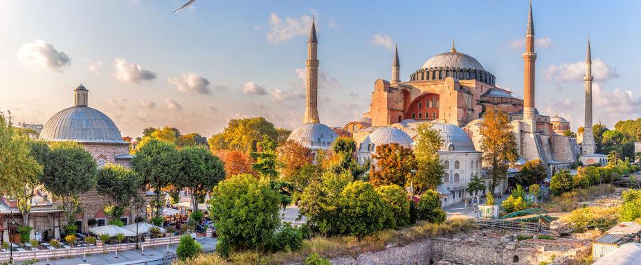 Blick auf Marktplatz und die Hagia Sophia Moschee vor blauem Himmel in Istanbul