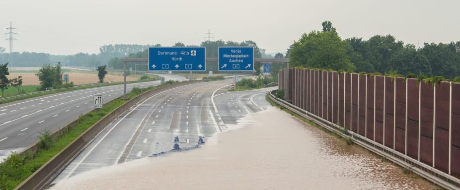 Eine Autobahn steht unter Wasser